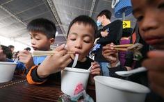 Ngày của Phở: Ấm lòng những tô phở đặc biệt vì trẻ em vượt khó học giỏi miền Trung