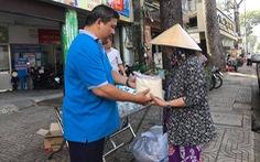 Đổi rác tái chế lấy thực phẩm, giúp người khó khăn