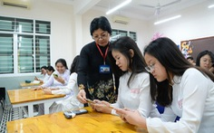 Chính phủ yêu cầu Bộ GD-ĐT hướng dẫn việc dùng điện thoại của học sinh