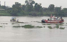 Sà lan tông chìm ghe trên sông Sài Gòn, chồng bơi vào bờ, vợ mất tích