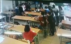 Cha học sinh lao vào lớp đấm đá một học sinh lớp 6 đánh nhau với con mình