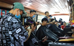 Tấp nập ở tiệm cắt tóc trên xe buýt trước ký túc xá Bách khoa TP.HCM