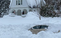 Giải cứu người đàn ông bị kẹt 10 tiếng trong xe dưới 1m tuyết ở New York