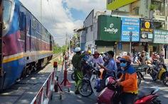 TP.HCM: Băng qua đường ray phơi đồ, một phụ nữ bị xe lửa cán chết