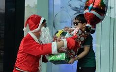 Ông già Noel đeo khẩu trang, tất bật chạy show tặng quà Giáng sinh