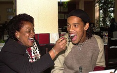Điểm tin thể thao tối 24-12: Mẹ Ronaldinho mắc COVID-19, Man United giữ chân Lingard