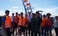 Cứu 9 ngư dân tàu đánh cá bị chìm trên biển Gò Công