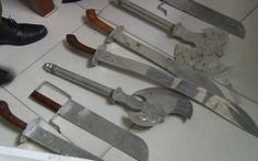 Khám xét nơi ở của nghi phạm đánh người, lòi ra hàng chục loại vũ khí nóng