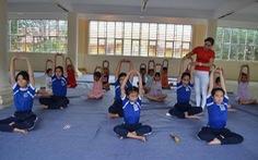 Người dạy yoga miễn phí ở trường học