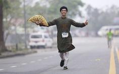 Mặc áo dài chạy marathon ở Huế: Có phi thể thao, có phản cảm?