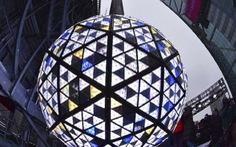 'Mặc kệ' COVID-19, New York vẫn thay quả cầu pha lê chào năm mới