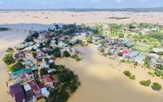 Nắng đẹp, cao nguyên Đắk Lắk vẫn ngập, dân dọn nhà chạy lũ