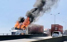 Xe container bốc cháy ngùn ngụt, cầu Phú Mỹ kẹt cứng