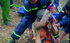 Đu dây giải cứu người phụ nữ ngã xuống giếng hoang sâu 15m