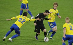 Barca 'bước một chân' khỏi cuộc đua vô địch
