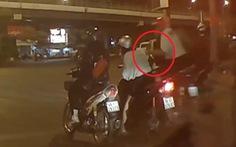 Hai tên cướp giật giỏ xách nhanh như 'tia chớp' của người phụ nữ ở ngã tư Hàng Xanh