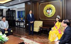 Thực hư về bức ảnh hoa hậu Đỗ Thị Hà 'thất lễ', hiệu trưởng 'khúm núm'
