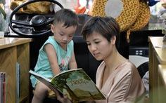 Khoảnh khắc đẹp: Mẹ đọc sách cùng con