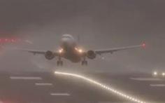 Thót tim cảnh máy bay bị gió bão thổi chao đảo ở Anh
