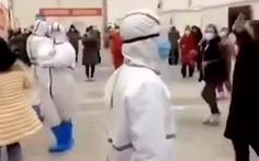 Video: Bác sĩ Vũ Hán cùng bệnh nhân nhiễm Covid-19 nhảy múa để giảm căng thẳng