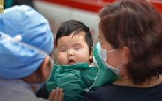 Video: 'Bảo trọng nhé bé con' - bệnh nhân Covid-19 nhỏ tuổi nhất được ra viện