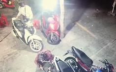 Video lợi dụng tang gia bối rối, hai kẻ trộm cắt khóa dắt 2 xe máy đắt tiền