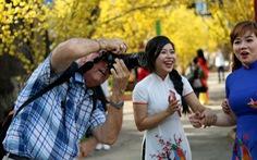 Những ông Tây làm 'chuyện lạ' ở Việt Nam - Kỳ 4: Mai Cồ 32 năm 'săn' áo dài Việt