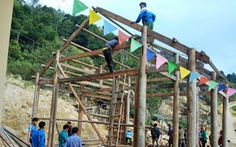 Tranh thủ nghỉ học, người dân chung tay làm nhà cho giáo viên