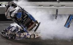 Tay đua thoát nạn ngoạn mục sau tai nạn kinh hoàng khiến xe trượt dài, bốc cháy