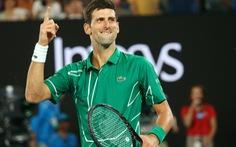 Djokovic 'gây sốt' với clip đánh quần vợt với người hâm mộ giữa đường