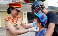 Đồng Nai: Bệnh viện, CSGT phát khẩu trang miễn phí cho người dân
