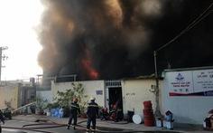 Đang cháy lớn nhà xưởng tại quận Bình Tân