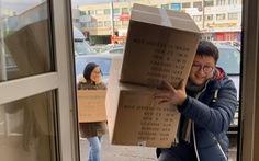 Thanh niên Việt tại Czech tặng khẩu trang, găng tay cho bà con Vĩnh Phúc