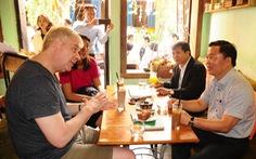 Cả chục lãnh đạo tỉnh Quảng Nam lội bộ ngoài đường, trò chuyện với khách Tây