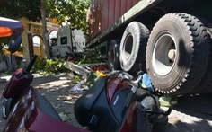 Xe container cuốn nhiều xe máy, lao vô cổng Dinh Bà Ngũ Hành