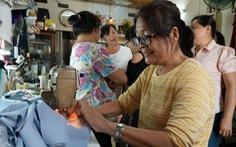 Chị em đất Sài Gòn xưa rào rào may khẩu trang vải phát miễn phí