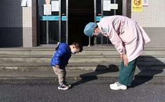 Cậu bé cúi chào cô y tá trước cổng bệnh viện, gọi cô là 'Mẹ y tá'