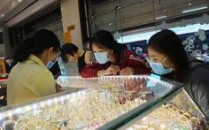 Giá vàng thế giới tăng mạnh, tương đương 47,62 triệu đồng, trong nước 'đứng yên'