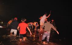 Trục vớt chiếc ghe lật khiến 6 người chết trên sông Vu Gia