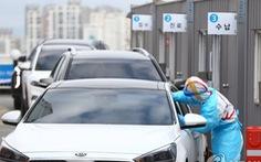 Hàn Quốc lấy mẫu xét nghiệm COVID-19 ngay trên đường phố