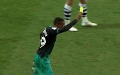 Video sao trẻ Liverpool rút thẻ 'phạt' trọng tài vì 'lỗi bất cẩn'