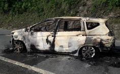 Ôtô 7 chỗ bốc cháy dữ dội trên đường Hồ Chí Minh, 2 người tử vong