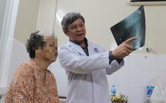 Cụ bà 75 tuổi đi lại được chỉ sau 1 tuần mổ thay khớp bằng kỹ thuật mới