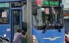 Tạm đình chỉ tài xế xe buýt cự cãi, xô xát với người đi đường