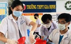 Học sinh tự làm dung dịch rửa tay sát khuẩn cho trường, lớp