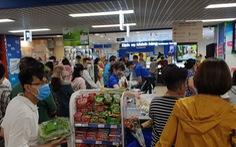 Giá thực phẩm giảm, người Sài Gòn tranh thủ cuối tuần đi siêu thị