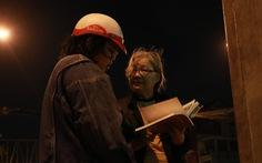 Bà cụ lom khom bán sách cũ lúc nửa đêm ở ngã tư Bảy Hiền