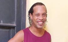 Bị tạm giam, Ronaldinho vẫn có thể dự giải futsal trong... tù