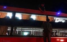 Bị lấn ngã, 3 thanh thiếu niên bắn bể kính 10 xe khách 'trả thù'