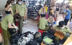 Tạm giữ hàng ngàn đồng hồ, túi xách... nghi giả hàng hiệu ở Saigon Square, chợ Bến Thành